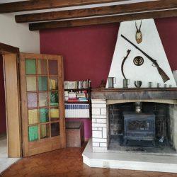 Une grande pièce à vivre lumineuse avec cheminée
